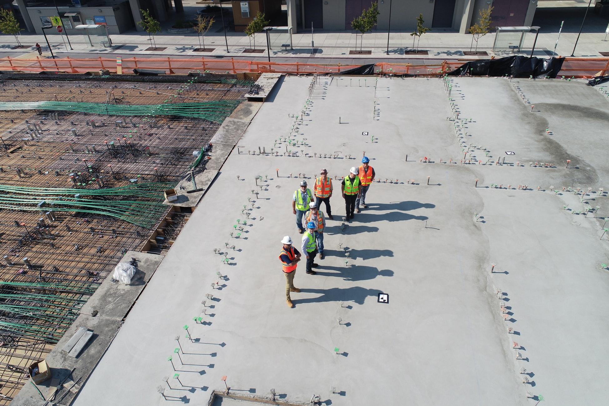 personnes sur un chantier au soleil